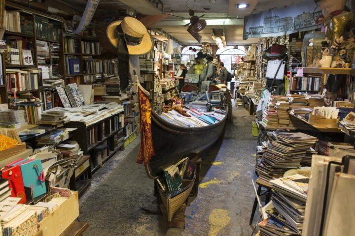 Una gondola ospita i libri nella libreria Acqua Alta
