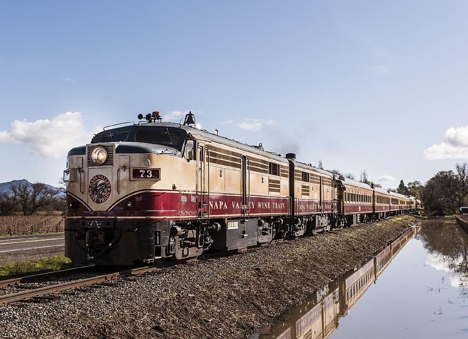 Chi non vorrebbe visitare la California a bordo di un treno vintage? A Napa è possibile fare dei tour tra i vigneti a bordo di questo magnifico mezzo.